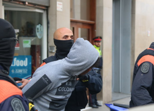 Catalan police with one of the detainees in a major police operation against drug trafficking in Barcelona (by Pol Solà, ACN)