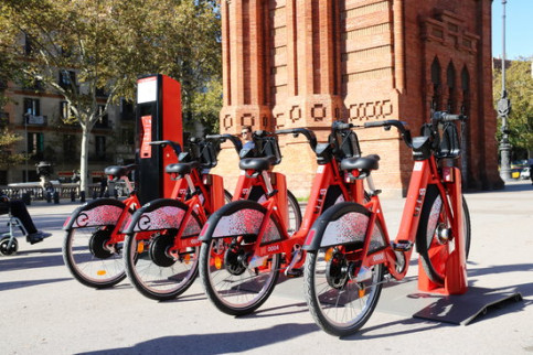 Bicing public shared mobility bikes at Barcelona's Arc de Triomf. (Photo: Nazaret Romero)