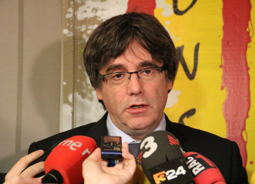 Former Catalan president Carles Puigdemont talking to the press (by Natàlia Segura, ACN)
