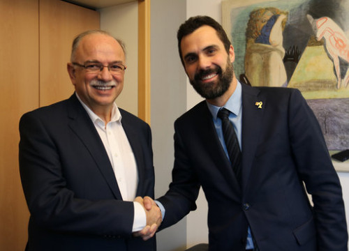 The Catalan parliament president, Roger Torrent (right), with one of the European Parliament vice presidents, Dimitrios Papadimoulis on December 4, 2018 (by Natàlia Segura)