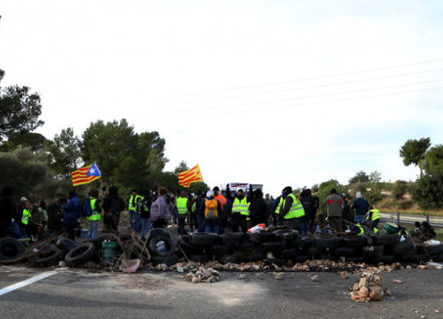 Several pro-independence CDR protesters cutting the AP-7 highway on December 10, 2018 (by Mar Rovira)