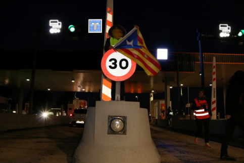 Image of a CDR activist next to a toll barrier in L'Hospitalet de l'Infant, southern Catalonia, on December 9, 2018 (by Mar Rovira)