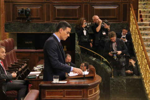 Acting Spanish president standing in the Spanish congress. (Photo: Bernat Vilaró)
