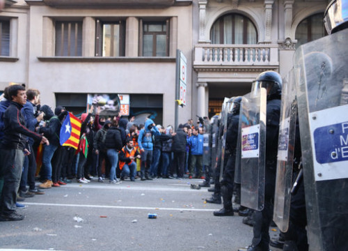 Police in front of the protesters in Barcelona city centre