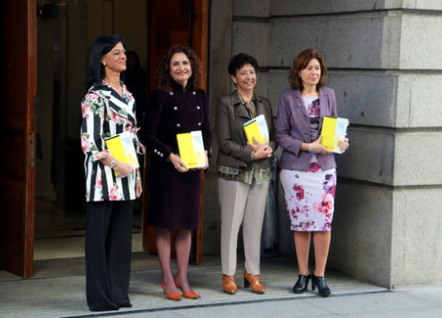 The Spanish finance minister, María Jesús Montero (second from left), presenting the proposed 2019 budget (by Tània Tàpia)