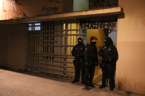 Catalan police officers in front of a building in Barcelona, during an anti-terrorism operation (by Miquel Codolar, ACN)
