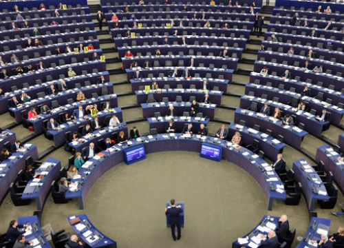 Spanish president Pedro Sánchez speaks at the European Parliament amid protests by some MEPs (by Natàlia Segura)