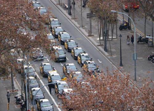 Dozens of taxis blocking Barcelona's Gran Via on January 18, 2019 (by Aina Martí)