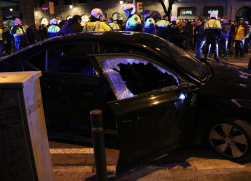A car attacked by taxi drivers in Barcelona (by Aina Martí, ACN)