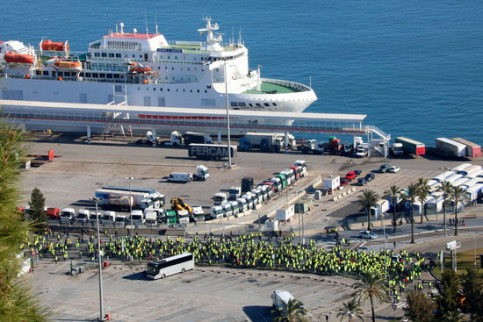 Taxi drivers, with yellow vests, in Barcelona's port on January 21, 2019 (by Gemma Sánchez)