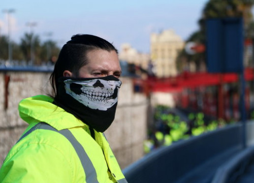 Taxi driver wearing a yellow vest to protest against ridesharing companies (by Aina Martí)