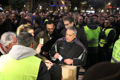 Taxi drivers vote whether to accept Catalan government proposal to regulate ridesharing services (by Miquel Codolar)