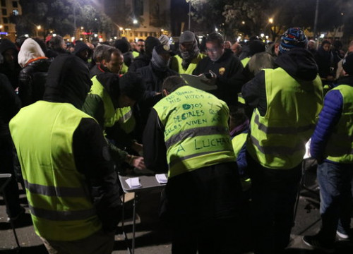 Some taxi drivers counting the ballots after their internal vote on Thursday early morning (by Miquel Codolar)