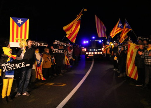 Dozens of people support former Catalan parliament speaker, Carme Forcadell, while being moved from her prison (by Núria Torres)