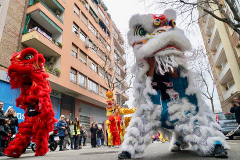 Some traditional Chinese figures parading in the Chinese New Year celebrations in Barcelona (by Ajuntament de Barcelona)