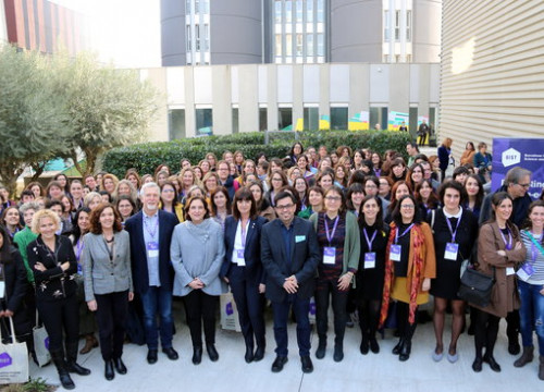 Barcelona mayor Ada Colau (fifth from left) with scientists taking part in the '100tífiques' project (by Nazaret Romero)
