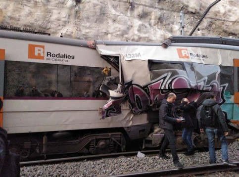 Train crash in Castellgalí, in central Catalonia (by @lusberth)