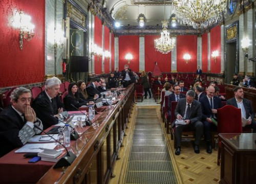 Spanish Supreme Court courtroom where independence leaders (right) are being tried (by EFE)
