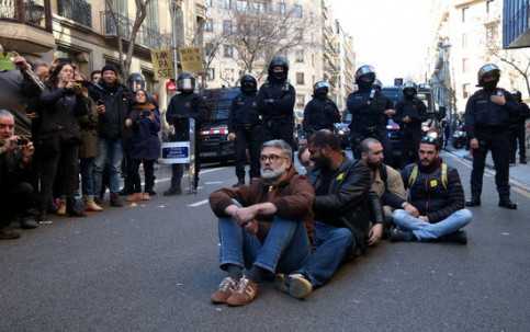 MP Carles Riera and other activists sat in front of the prosecution office in Barcelona (by Elisenda Rosanas, ACN)