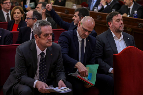 Former interior minister Joaquim Forn (left) in Spain's Supreme Court (by EFE)