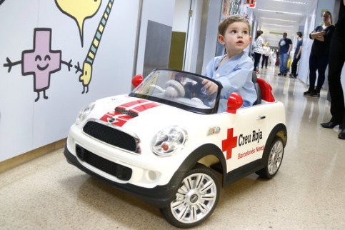 Dario, aged 3, driving the 'Rayo MacRuti' in Can Ruti hospital (by Jordi Pujolar)