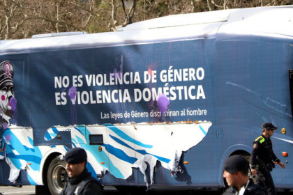 Hazteoír's bus reading 'It is not gender-based violence, it is domestic violence' and 'Gender-based law discriminate men,' in Barcelona, on March 4, 2019 (by Pol Solà)