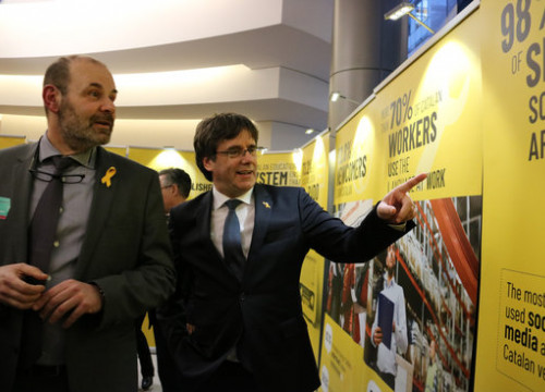 Former Catalan president Carles Puigdemont (right) visits an exhibit on Catalan language in the European parliament (by Natàlia Segura)