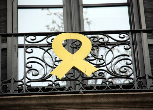 A yellow ribbon on the façade of the Catalan Ministry of Culture (by Ana Amat Vendrell)