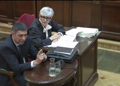 Former Catalan police chief Josep Lluís Trapero (left) and his lawyer in Spain's Supreme Court (by EFE)
