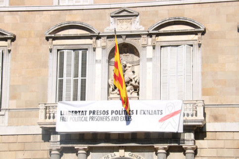 The new banner and ribbon that adorns the Catalan Government HQ with the same message as the yellow ribbon