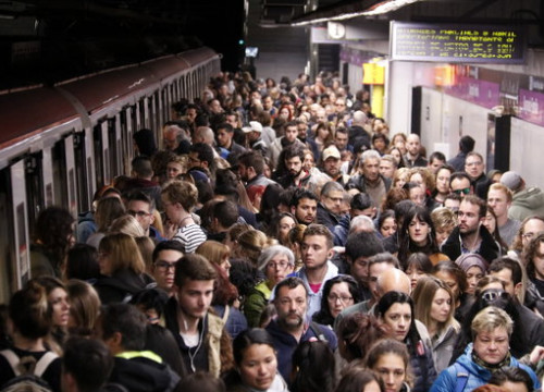 Crowding at a metro station on the L2 line at Sagrada Familia during this morning's strike