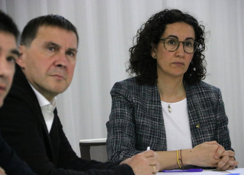 Arnaldo Otegi, left, leader of the EH Bildu party, with Marta Rovira, right, general secretary of Esquerra Republicana