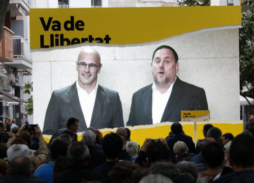Raül Romeva and Oriol Junqueras appear at a political rally in Cambrils via video link from prison. (Photo: Guillem Roset)