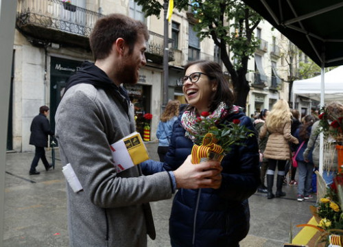 On Sant Jordi, couples in Catalonia exchange books and roses (by Lourdes Casademont)