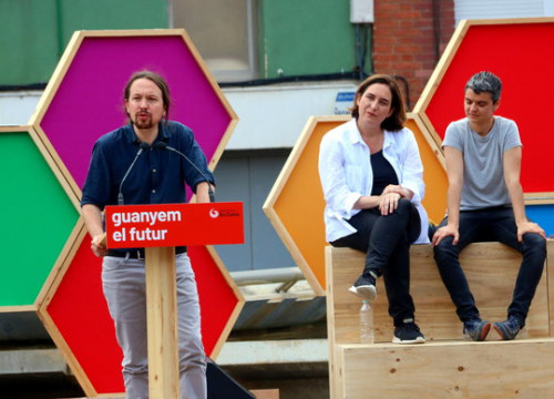 Podemos leader Pablo Iglesias (left) with the Barcelona mayor Ada Colau (centre). Photo: Nazaret Romero