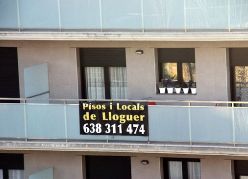 "A ""for rent"" sign for apartments and commercial spaces on a building in Barcelona. (Photo: Mar Martí)"