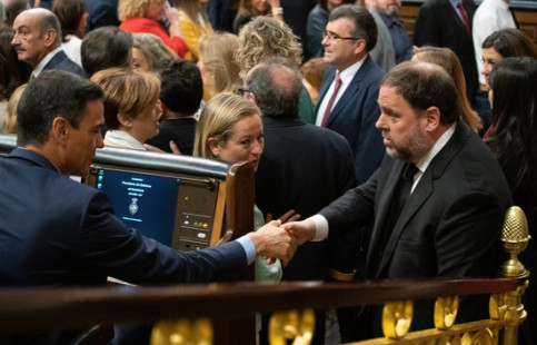 Jailed pro-independence leader Oriol Junqueras (right) shakes hands with president Pedro Sánchez in the Spanish congress (by Javier Barbancho)