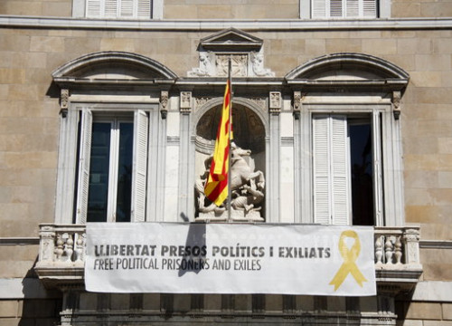 Image of the banner calling for jailed leaders' release outside Catalan government HQ on May 27, 2019 (by Andrea Martínez Gil)