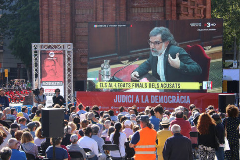 Jordi Cuixart, president of Òmnium Cultural, appears on screen in a public viewing of the defendants closing remarks during the Catalan Trial. (Photo: Bernat Vilaró)