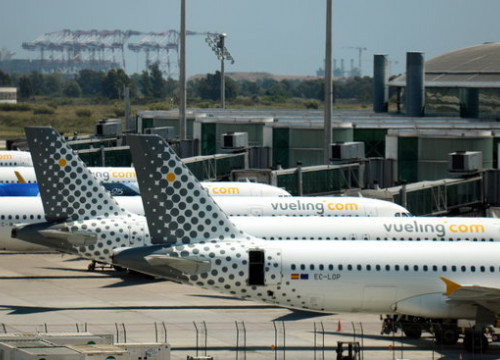 A line of Vueling airplanes stationed in terminal 1 of Barcelona's airport. (Photo: Lluís Sibils)