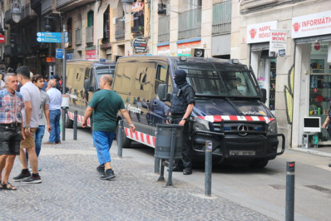 Catalan police in the Raval neighborhood, in the city center of Barcelona (by Miquel Codolar)