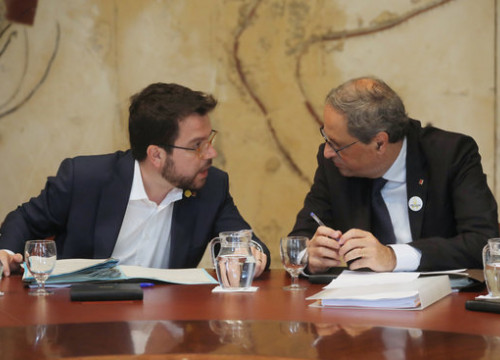 President Quim Torra (right) speaks with Pere Aragonès (left) during a government meeting. (Photo: Rubén Moreno)