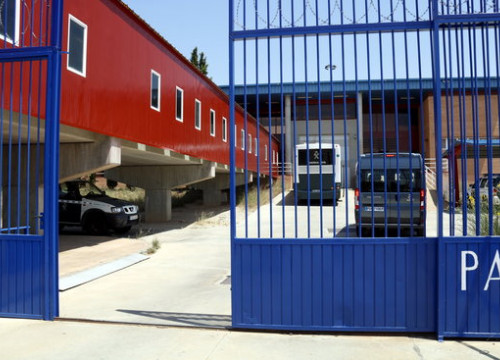A Spanish police van carrying pro-independence leaders arrives at the Zuera penitentiary (by Laura Cortès)