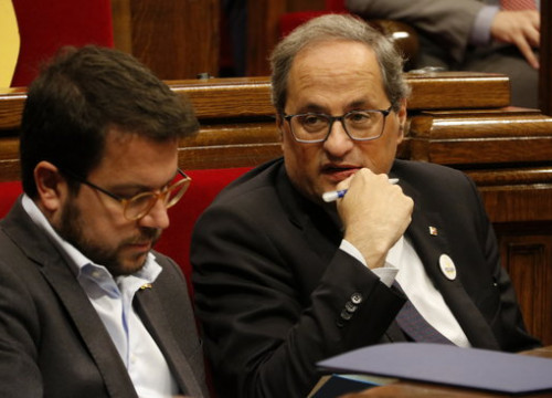 Catalan president Quim Torra sitting in parliament (by Marta Sierra)