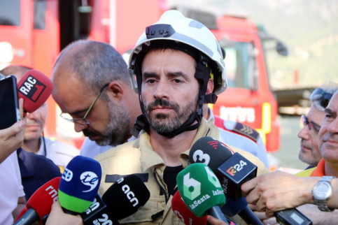 Catalan firefighting official David Borrell speaks to the media on Saturday morning. (Photo: Roger Segura)