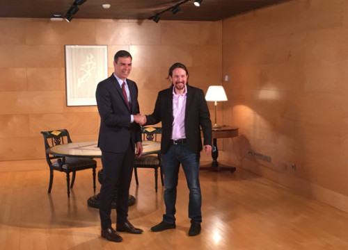 Socialist leader Pedro Sánchez and Podemos leader Pablo Iglesias shake hands at a meeting between the two parties over how to govern Spain. (Photo: Roger Pi de Cabanyes)