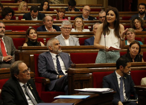 Spokesperson for the unionist opposition Ciutadans in the Catalan parliament, Lorena Roldán (standing), addresses the Catalan president Quim Torra (bottom left). (Photo: Guillem Roset)