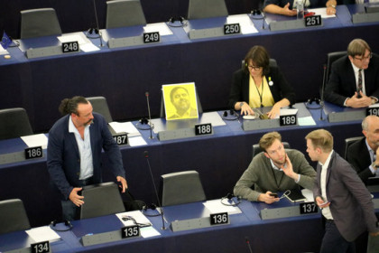 Oriol Junqueras's photo sits atop an empty seat in the European parliament beside ERC party colleague Diana Riba. (Photo: Blanca Blay)