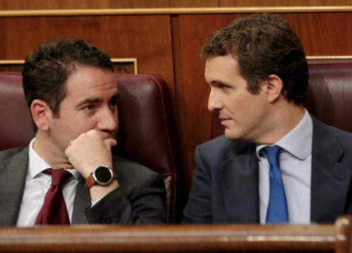 PP leader Pablo Casado (right) speaks with the party general secretary Teodoro García Egea in the Spanish congress during the presidential debates. (Photo: Juan Carlos Rojas)