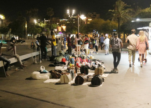 Street sellers returned to business after the police's shift ended on the first night of the new deployment of officers to cull the practice. (Photo: Miquel Codolar)